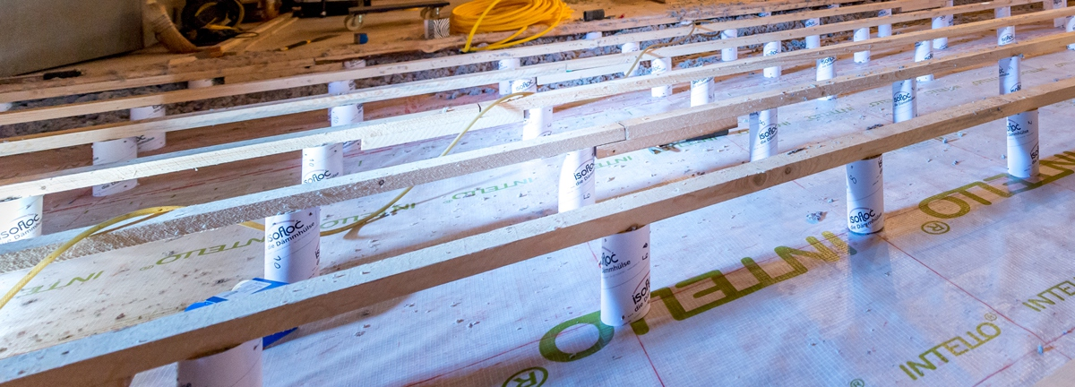 The isofloc insulating sleeves are set up in a specified pattern, connected to a carrier board and planked.